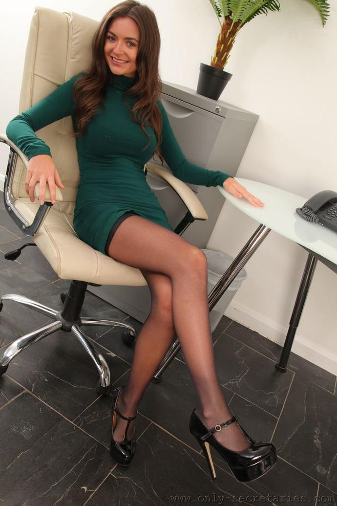 секретарша в зеленом еще